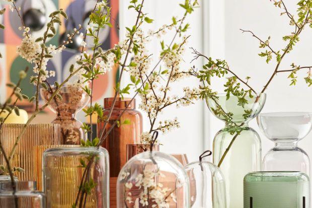 Cięte kwiaty, roślinne aranżacje albo doniczki z ulubionymi zielonymi przyjaciółmi często zajmują honorowe miejsce w naszych domach. Zwłaszcza gdy przychodzi wiosna i wszystko wokół rozkwita. Gdy teraz spędzamy we wnętrzach znacznie więcej cz