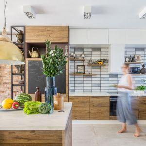 Płytki ceramiczne znowu modne! Zobacz 20 pomysłów na ściany w kuchni. Projekt Monika Pniewska. Fot. Pion Poziom