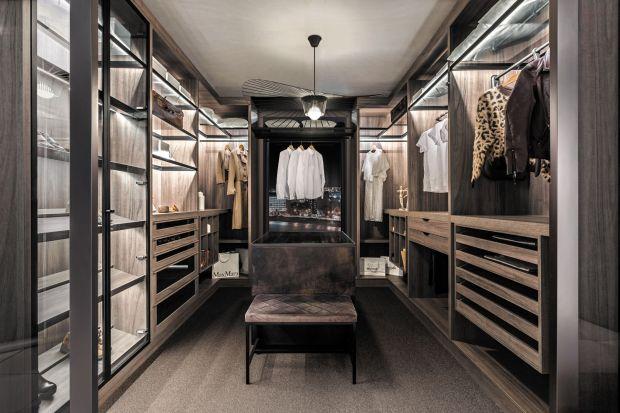 Tworząc projekt wymarzonego domu warto dokładnie przemyśleć kwestię przechowywania odzieży. Pojemne szafy czy wysokie zabudowy pomagają w organizacji zarówno miejsca, jak i życia mieszkańców, ale w ostatnim czasie szczególną popularność zys