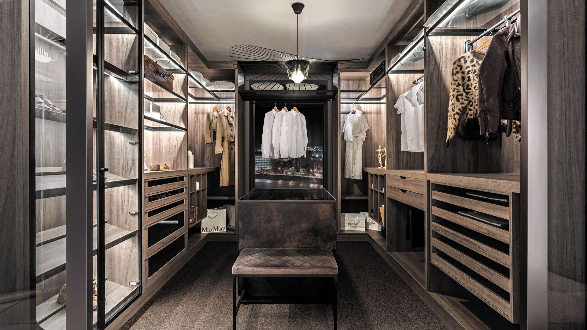 Dobrze zaprojektowana garderoba ułatwia przechowywanie i segregowanie ubrań, dodatków i różnego rodzaju akcesoriów. Fot. ernestrust