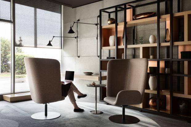 Shieldon to odpowiedź na nową rzeczywistość, jaką przyniósł rok 2020. Forma fotela pozwala odgrodzić się z otwartej przestrzeni, jednocześnie pozwalając na swobodny kontakt z otoczeniem. Zobaczcie nową kolekcję uznanego polskiego designera.