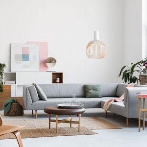 Muse marki Noti to szeroka rodzina wygodnych mebli salonowych, która oprócz sof, otoman, okrągłych puf i fotela - obejmuje również leżankę i ławkę. Projektant: Piotr Kuchciński. Fot. Noti