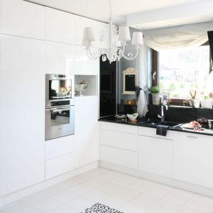 Świetny pomysł na urządzenie kuchnie w biało-czarnej kolorystyce. Projekt: Magdalena Konochowicz. Fot. Bartosz Jarosz