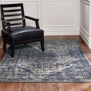 Szarości połączone z odcieniami niebieskiego to wyjątkowo modne i dodające uroku każdemu wnętrzu połączenie. Na zdjęciu dywan Sedef marki Carpet Decor/9design.pl