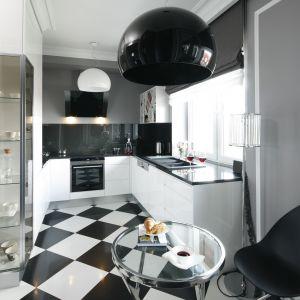 Świetny pomysł na urządzenie kuchnie w biało-czarnej kolorystyce. Projekt Tomasz Motylewski, Marek Bernatowicz. Fot. Bartosz Jarosz