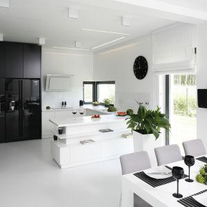 Świetny pomysł na urządzenie kuchnie w biało-czarnej kolorystyce. Projekt Ewelina Pik, Maria Biegańska. Fot. Bartosz Jarosz
