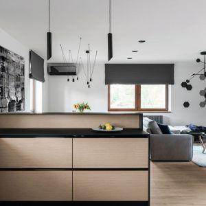 Na większej powierzchni można zachować otwarty charakter przestrzeni dziennej, a jednocześnie sprytnie oddzielić kuchnię od salonu. Projekt: Estera i Robert Sosnowscy, Studio Projekt. Zdjęcia Fotomohito