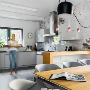 Otwarta kuchnia, oddzielona od salonu ciekawie zaprojektowanym barkiem. Projekt Małgorzata Denst, 2DENST Projektowanie wnętrz. Zdjęcia Marta Behling/Pion Poziom Fotografia Wnętrz