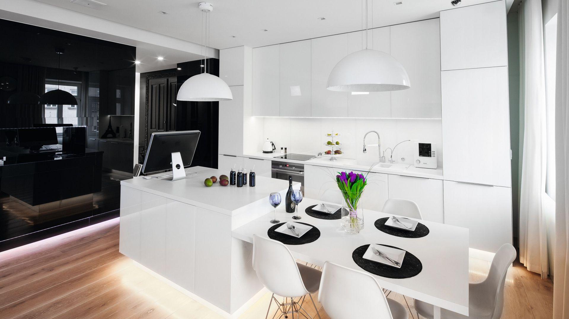 Świetny pomysł na urządzenie kuchnie w biało-czarnej kolorystyce. Projekt: Małgorzata Muc, Joanna Scott. Fot. Bartosz Jarosz