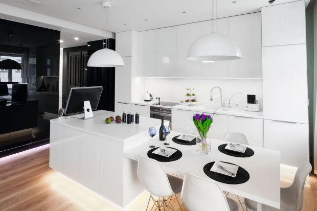 Jak urządzić kuchnię w biało-czarnej kolorystyce? Zobaczcie naszą galerię ze zdjęciami. Znajdziecie w niej piękne biało-czarne kuchnie z polskich domów i mieszkań.