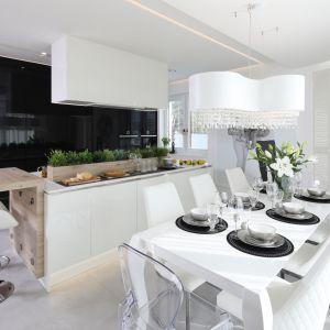 Świetny pomysł na urządzenie kuchnie w biało-czarnej kolorystyce. Projekt: Dariusz Grabowski. Fot. Bartosz Jarosz