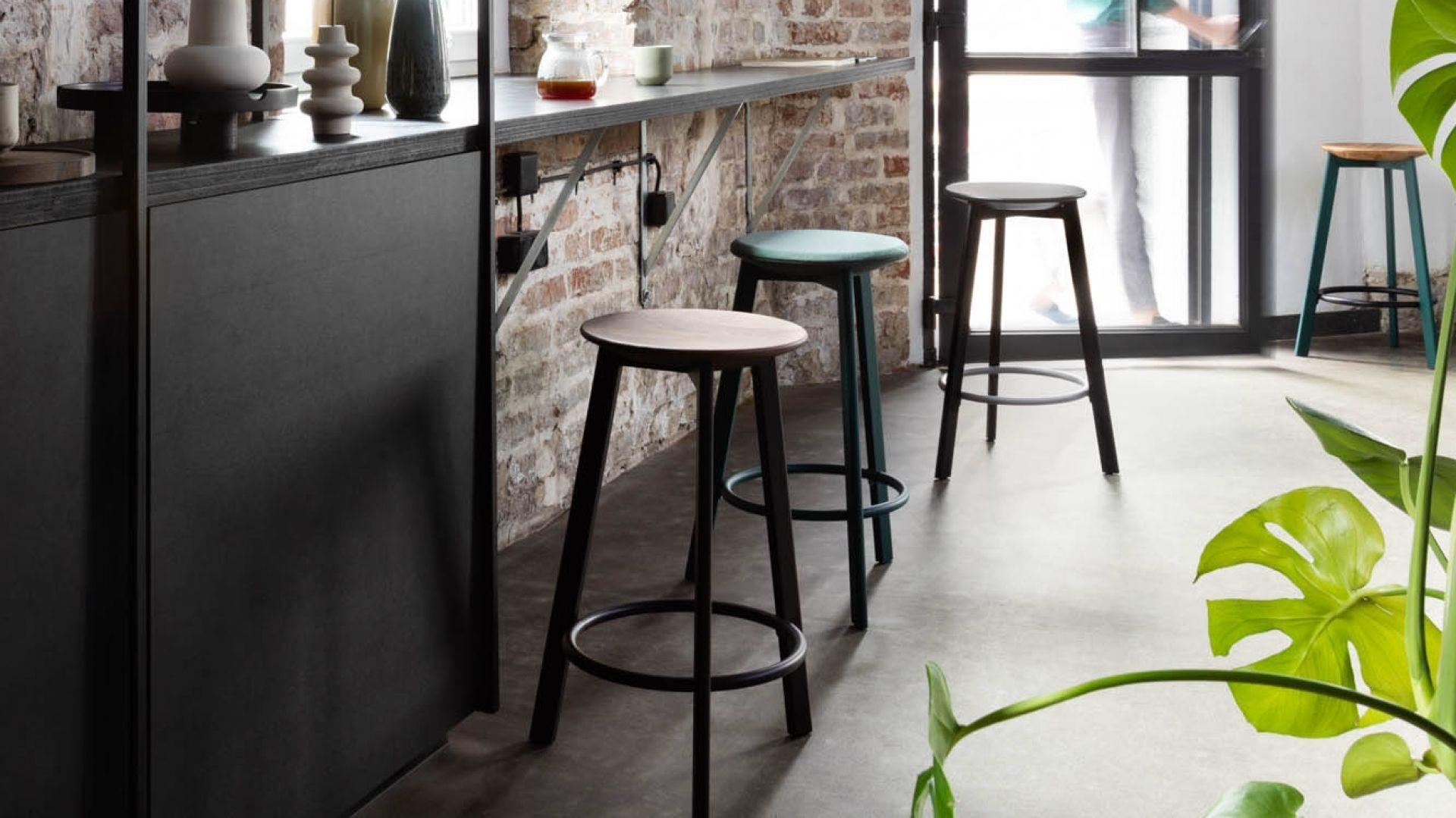 Belem to nowa kolekcja stołków barowych spod kreski utytułowanego polskiego designera. Fot. Noti