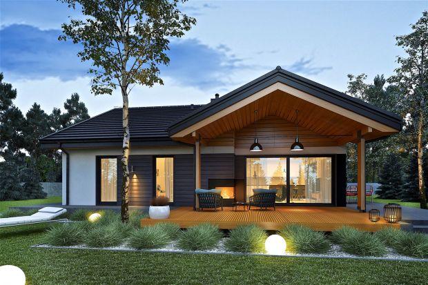 Nowoczesny dom parterowy z czterema sypialniami i otwartą strefą dzienną harmonijnie połączoną z tarasem i ogrodem. Czy to wasz dom marzeń? Zobaczcie ten ciekawy projekt domu!