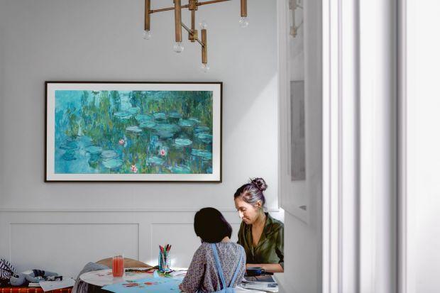 Galeria obrazów, które można oglądać na ekranie telewizora Samsung The Frame wzbogaciła się właśnie o działa takich artystów, jak Claude Monet czy Auguste Renoir. Wystarczy nacisnąć przycisk na pilocie aby ze świata telewizji czy serwisów V