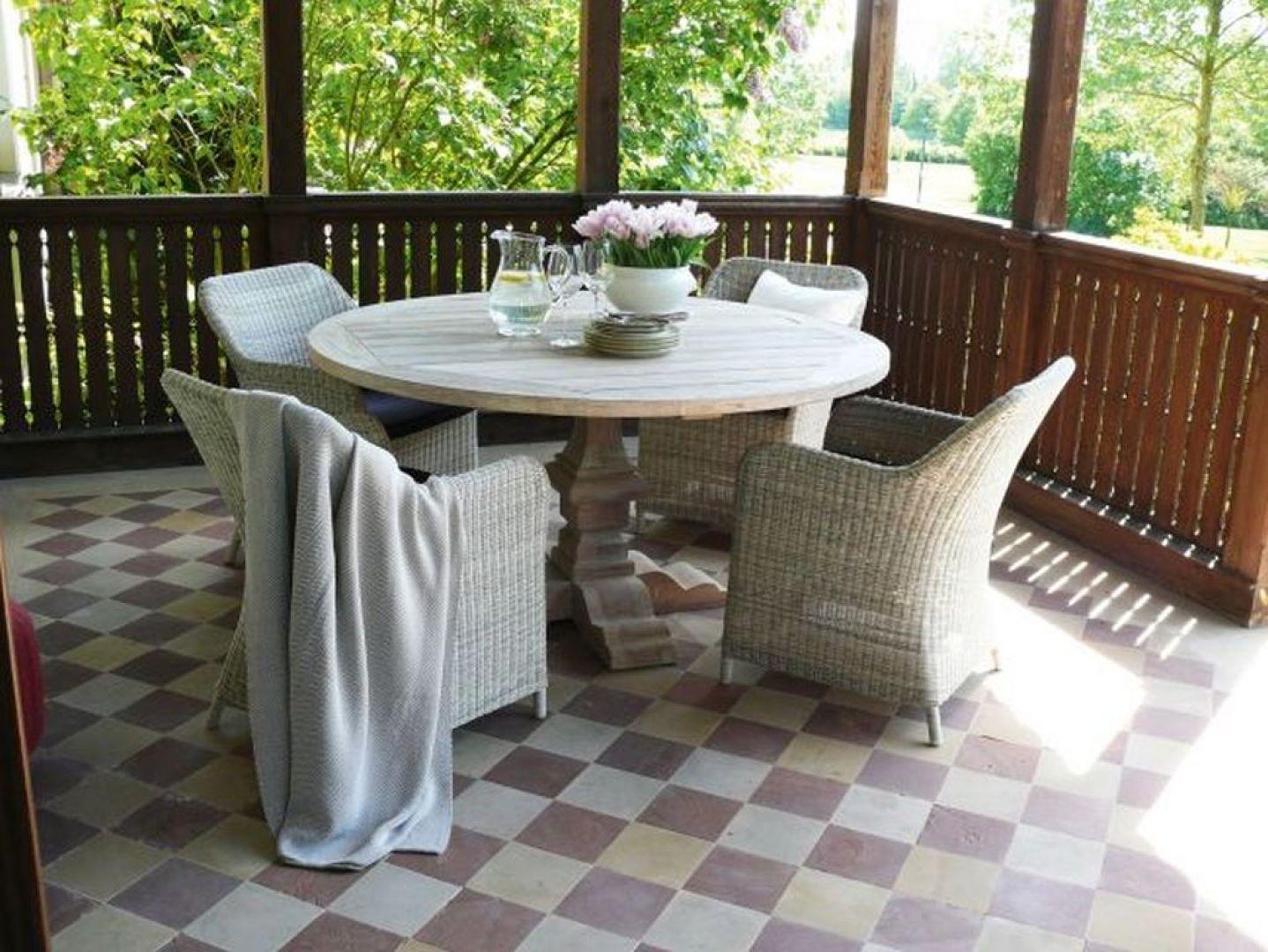 Wygodne meble outdoorowe wcale nie muszą mieć ogromnych gabarytów, tak jak mały balkon nie oznacza konieczności rezygnowania z komfortowego wypoczynku. Fot. Miloo Home