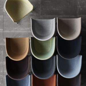 Efektem kooperacji z marką Fritz Hansen jest również kolekcja tapicerowanych krzeseł Minuscule. Fot. Fritz Hansen