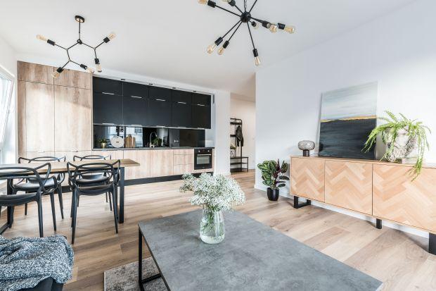 To funkcjonalne, wygodne mieszkanie doskonale wpisuje się w klimat miejskiego otoczenia zarówno w formie, jak i w kolorze. Jest przytulne, dzięki dużej ilości drewna, a nowoczesne za sprawą matowej czerni i surowych, betonowych powierzchni.