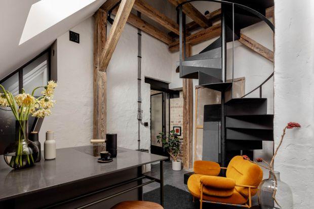 To mieszkanie na poddaszu jest minimalistyczne, ajednocześnie przytulne. Jasne i eklektyczne. Ma swój niepowtarzalny klimat. Można się w nim zakochać.<br /><br />