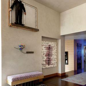 Spektakularny projekt tej rezydencji miał być przede wszystkim tłem do eksponowania pokaźnej galerii dzieł sztuki jej właścicieli. Projekt: Sara Story. Fot. Boca do Lobo