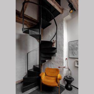 Kręcone schody ze szklaną balustradę stanowią piękny element dekoracyjny we wnętrzu. Projekt: Przemek Maziarz. Fot. Ola Dermont