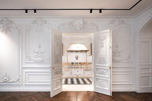 Choć wnętrze znajduje się w Kijowie, za projekt tej ekskluzywnej, rzemieślniczej zabudowy kuchennej odpowiedzialni są Włosi z Officine Gullo. To projekt z naprawdę górnej półki! Jak wam się podoba?