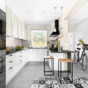 Piękna, biała kuchnia w klasycznym stylu. Projekt: Małgorzata Bacik, Andrzej Bacik. Fot. Jeremiasz Nowak