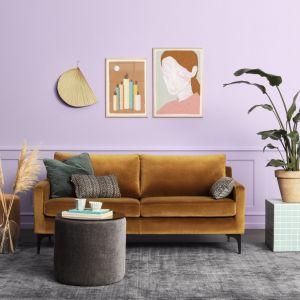 Sofa Astha od Sofacompany to tegoroczna nowość. Klasyczna, o lekkim wyglądzie, z wąskimi podłokietnikami i szykownymi mosiężnymi nóżkami. Projekt Cathrine Rudolph. Fot. Sofacompany Poland