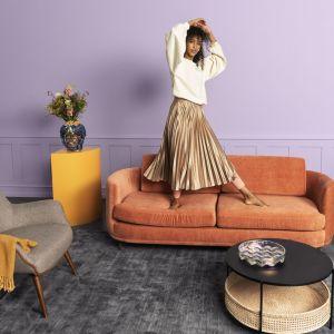 Elinor to delikatna sofa w stylu retro  marki Sofacompany. Uzupełnieniem projektu są smukłe, eleganckie drewniane nogi, które tworzą ładny kontrast między obszerną górą, a szczupłym dołem. Zaprojektowana przez Cathrine Rudolph. Fot. Sofacompany Poland