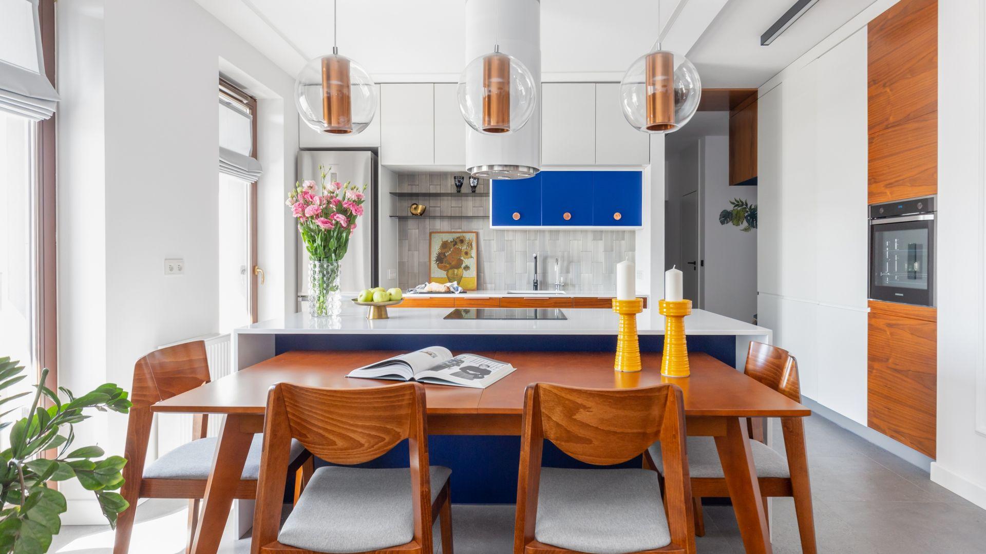 Trendy 2020: kuchnia w kolorze roku Classic blue. Projekt Joanna Rej. Fot. Pion Poziom