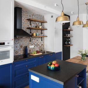Trendy 2020: kuchnia w kolorze roku Classic blue. Projekt Anna Krzak. Fot. Bartosz Jarosz