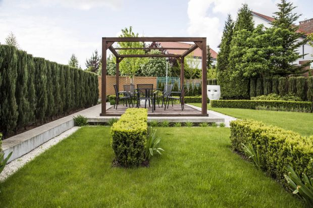 Wiosna w pełni, a wszechobecna zieleń sprawia, że trudno znieść całodzienny pobyt w pomieszczeniach. Coraz chętniej przenosimy się więc do ogrodów, które mogą z powodzeniem zmienić się w jadalnię czy nawet biuro. Jak stworzyć funkcjonalny