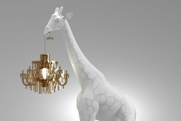 Giraffe in Love to jeden z najbardziej rozpoznawalnych projektów holenderskiej marki Qeeboo i efekt współpracy ze słynnym designerem Marcantonio. Można ją kochać lub nie, ale na pewno nikogo nie zostawi obojętnym! Zobaczcie, jak wygląda!