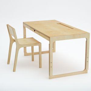 Naturalne olejowane biurko polskiej marki Fam Fara. Biurko jest przeznaczone dla każdego odbiorcy, pozwala na to regulowana wysokość blatu. Biurko występuje również w wersji ze sklejki laminowanej w kolorze  białym i czarnym. Od 1803 zł. Fot. Fam Fara