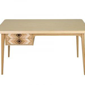 Biurko Puzzle od Wood&Paper. Delikatna intarsja na frontach szuflad podkreśla formę mebla. Dzięki możliwości personalizacji, możesz wybrać ulubione odcienie drewna. 3750 zł, Wood&Paper.