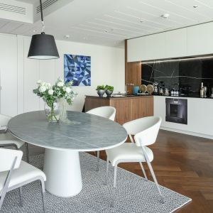 Biała kuchnia ocieplona drewnem - 20 pięknych aranżacji. Projekt Złota44 Aksonometria