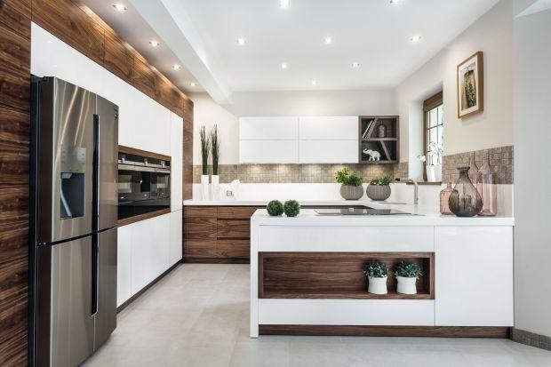 Biel i drewno to duet doskonały. Zobaczcie jak łączyć je w kuchni.