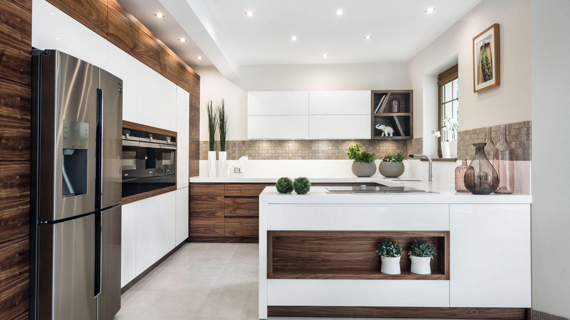 Biała kuchnia ocieplona drewnem - 20 pięknych aranżacji. Projekt Meble Vigo