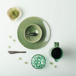 Porcelana w kolorach lata - 20 pomysłów na aranżację stołu. Fot. Dutchhouse