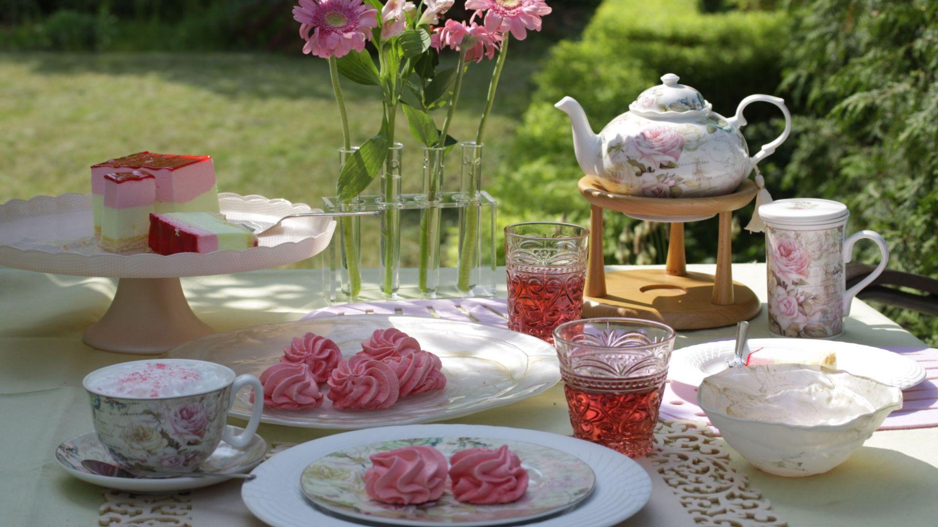 Porcelana w kolorach lata - 20 pomysłów na aranżację stołu. Fot. Villa Italia