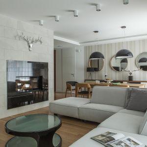 Jasna sofa w salonie - 15 pięknych wnętrz. Projekt MAFGROUP