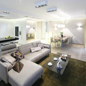 Jasna sofa w salonie - 15 pięknych wnętrz. Projekt Anna Fodemska. Fot. Bartosz Jarosz