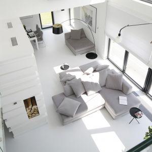 Jasna sofa w salonie - 15 pięknych wnętrz. Projekt Ewelina Pik, Maria Biegańska. Fot. Bartosz Jarosz