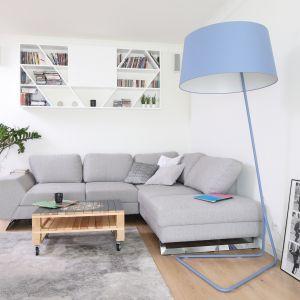 Jasna sofa w salonie - 15 pięknych wnętrz. Projekt Laura Sulzik. Fot. Bartosz Jarosz