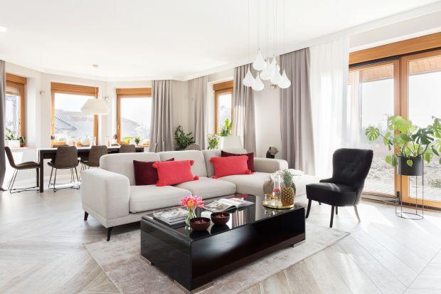 Jasna sofa z powodzeniem stanie się gwiazdą aranżacji salonu. Jaki model wybrać, by pasował do wystroju wnętrza? Zobaczcie propozycje architektów i projektantów.