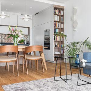Mały salon z kuchnią. 15 pomysłów na mieszkanie w bloku. Projekt Dominika Wojciechowska. Fot. Pion Poziom