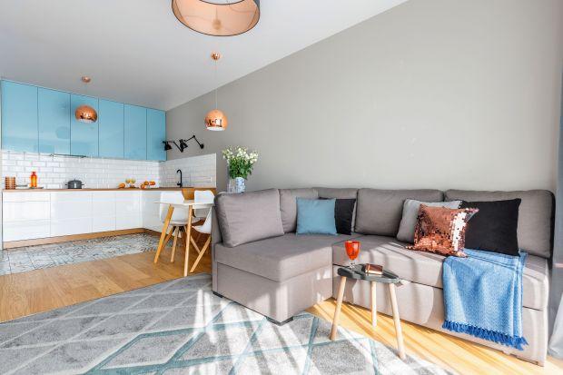 Na małej przestrzeni liczy się każdy centymetr. By urządzić ją efektownie warto połączyć salon z kuchnią. Otwarta strefa dzienna optycznie powiększy nawet najmniejsze mieszkanie w bloku.