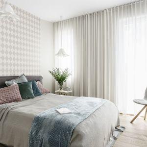 Ściana w sypialni: 10 pomysłów na tapetę za łóżkiem. Projekt Saje Architekci. Fot. Fotomohito