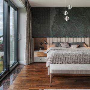 Ściana w sypialni: 10 pomysłów na tapetę za łóżkiem. Projekt JT Group