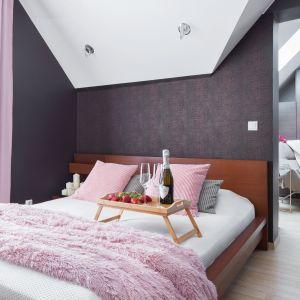 Ściana w sypialni: 10 pomysłów na tapetę za łóżkiem. Projekt Katarzyna Maciejewska. Fot. Dekorialove