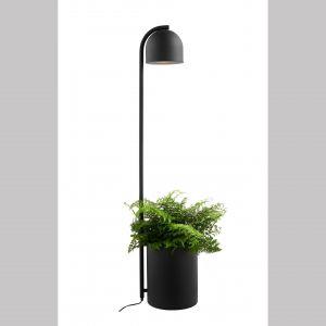 Lampa podłogowa Botanica XL w swojej podstawie ma wbudowany pojemnik na doniczkę. Fot. Kaspa / Fabryka Form